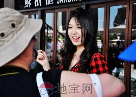 老外竟对中国美女导游做这种事!